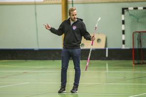 Tränaren Jonas Bylund är omtyckt i föreningen och har fått fart på laget.