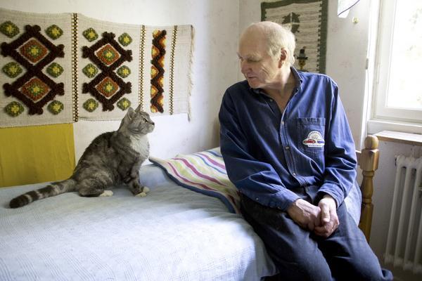 Kompisar. Katten Snoken fick sitt namn efter sin nyfikenhet. Snokar, det gör han fortfarande, men han närmar sig 20-årsåldern och tar det kanske lite lugnare. Husse Bernt Valin tycker förstås att Snoken är Norbergs finaste katt och är glad att de fått dela så många år. Foto: Veronica Bäcklin