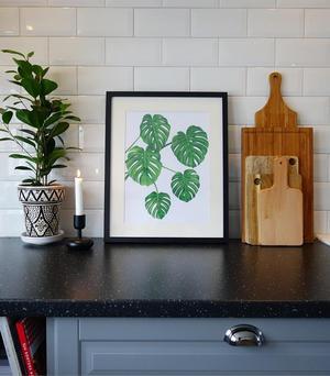 Josefine Gunhamre är konstnärligt. Tavlan med gröna blad är ett av hennes många verk.