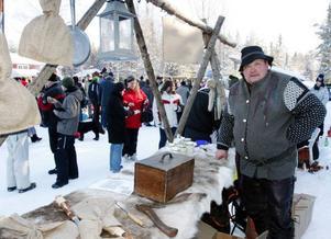 Det var ett blandat utbud i de många olika bodarna och stånden i det fina vintervädret. Här Örjan Thalén som sålde kolbullepannor och  honung bland annat.