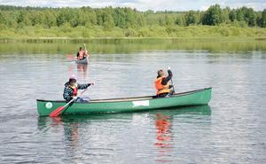 Paddling. Tobias Johansson och Simon Hedström tar sig fram på vattnet.