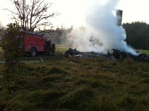 Polisens tekniker undersöker på fredagen brandplatsen i Voxnabruk.