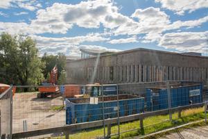 Den gamla simhallsbyggnaden ska rivas. På torsdagen startar arbetet som väntas pågå under sex veckor.