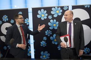 Sverigedemokraternas partiledare Jimmie Åkesson och Patrick Reslow, riksdagsledamot som byter från Moderaterna till Sverigedemokraterna, under  onsdagens pressträff.
