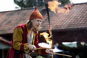 Gycklargruppen Mareld uppträdde med jongleringskonster och eld inför marknadsbesökarna.
