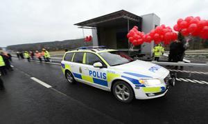 Polisen var först ut att prova nya E4-sträckningen.
