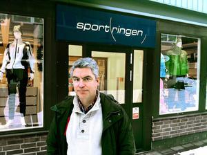 Torbjörn Johansson, delägare i Sportringen på Centralgatan, är främst kritisk till hur processen som ledde fram till beslutet om nästa etapp av centrumförnyelsen hanterades.