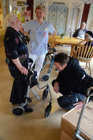 Ulla Bäckman får hjälp av sjukgymnasten Maria Skånberg och teknikern Christian Kjällström med att justera sin rollator.