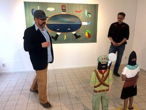 Richard Johansson visar sin konst på Galleri se konst i Falun. Här i samtal med konstnär John Rasimus.