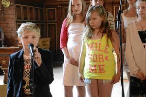 Solist. Valdemar Eliasson sjöng solo i Fattigbonddräng tillsammans med kören när Kyrkbacksskolan hade avslutning i kyrkan.