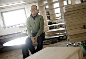 Mats Olsson bygger möbler efter önskemål och eget huvud. Skulle han sakna inspiration vänder han sig bara om och tittar ut genom fönstren över fälten bakom snickeriet.