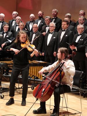 På invigningskonserten uppträdde Duo Systrami tillsammans med manskören KarlakórAkureyri-Geysir.