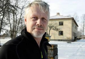 Peter Forsberg har lämnat sin tjänst som kyrkoherde inom Frösö församling. Men han har tackat nej till två miljoner kronor om helt lämnar församlingen. Hans motbud är tre miljoner kronor. Nu håller han på att flytta från prästgården i bakgrunden till en lägenhet på Frösön.