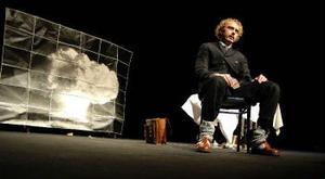 Albert Einstein (Jonas Fröberg) grunnar över något han sedan kom att ångra bittert: sin varning till USA:s president att låta Tyskland bli först med att utveckla en atombomb.