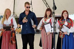 Malin Nordfors, Jonas Liljeberg, Linnea Hedvall och Ellinor Fritz tog emot stipendiet