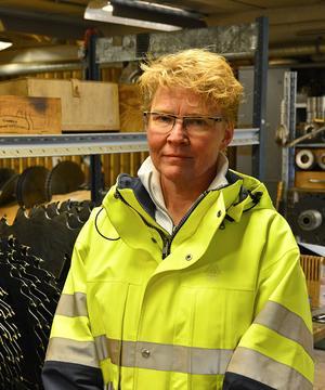 Katarina Levin är sågverkschef på Tunadals sågverk. Hon säger att en installation av brandspjäll i deras ventilationssystem kan ha orsakat oljudet.