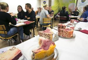 Under matmötet fick livsmedelsproducenter, krögare och kockar provsmaka lokalproducerat kött av världsklass.