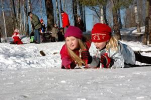 KLARA FÄRDIGA GÅ. Ida Martinell och Sara Eriksson tävlar om vem som kan ta sig snabbast fram med isdubbar på älven vid Hyttön.