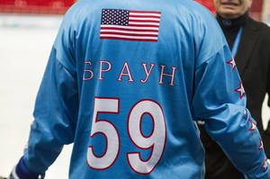 USA har valt att skriva namnen på tröjorna med det ryska alfabetet.