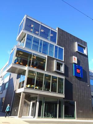 Städerna förtätas allt mer. Men hur samspelar de nya byggnaderna med de gamla? Vi synar utseendet på Länsförsäkringars nybygge på Drottninggatan i Gävle. Arkitektkontor Johan Skoog har ritat fastigheten.