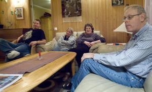Carina Thurefors och Madeleine Luyt hör inte till de anställda som varslats. Här är de tillsammans med Patrik Nielsen och Jan Vallander, båda boenden på Staffansgården.