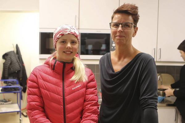 Elly Trygg med mamma Helena Trygg i fiket på Svegs ishall.