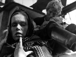För inte så länge sedan var det svenskar som i flykt från svält gjorde farliga båtresor över Atlanten. I dag går båtarna i en annan riktning, och de som kommer hit flyr ofta från krig och fasor värre än Mobergs utvandrare hade kunnat föreställa sig.