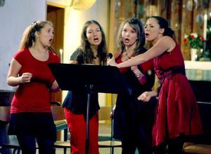 Alla fyra systrarna Sahlin inledde och avslutade konserten tillsammans.