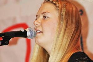 Johanna Grip sjunger och kompar sig själv i låten