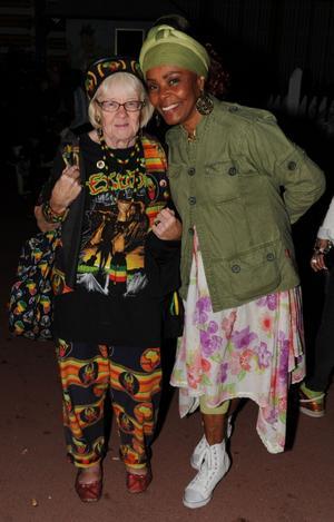 Ingrid Johansson, 76, från Malung kramas om av en festivalbesökare. Ingrid kallas kort och gott för rastafarmor, hon har nämligen diggat reggae sedan början av 80-talet.