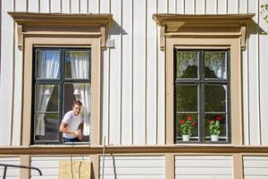 När vi träffar Jens arbetar han med dörrar och fönster på Ljustorps församlingshem.