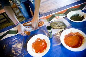 På Träslottet får eleverna själva blanda färgen som ska användas till schablonmålning.