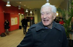 """Glad ändå. Legendariske Hammarbyprästen Carl-Adolf Murray, 98, var på lika gott humör som vanligt trots tågförseningarna. """"Det går säkert men sakta"""", sade han."""