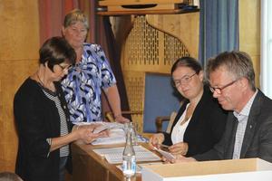 Valnämnden i Ludvika räknade på onsdagen utlandsröster och sena förtidsröster. Från vänster valnämndens sekreterare Marianne Gidlund, nämndens ordförande Helena Bååth och tjänstemännen Jessica Hedlund (utredare) och Jonas Axelsson (kanslichef).