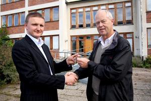 Då. År 2008 när landstingsfastigheters Torbjörn Olsson sålde sjukhemmet till det lettiska företagets ägare Verstards Rozenbergs (till vänster för 1 krona.