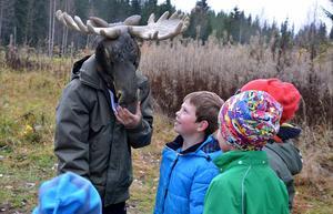 H(älg)e fanns även han ute i skogen för att träffa eleverna.