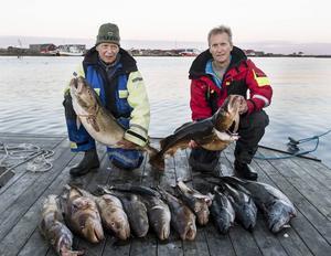 Jan-Arne och Ulf på bryggan med resultatet av några timmars fiske under eftermiddagen.