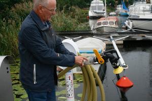 Arne Karlsson visar munstycket till den vaccumsug som används till att tömma båttoaletterna.