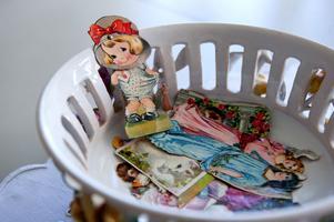 De fyra sondöttrarna i åldrarna 2-6 år får leka med Monicas gamla bokmärken till sonhustrurnas fasa.