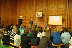 LYSSNAR. Eleverna i klass 4–6 på Gäverängeskolan fick lyssna på Ewa och Oddvar Gabrielsens berättelse om deras son Marcus som blev misshandlad till döds i Stockholm för fyra år sedan.