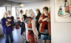 Mingel på galleriet. Det är vernissage för sommarutställningen 2011 på Magu i Hällefors.