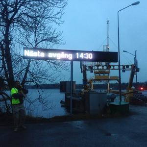 Från och med i dag är skylten vid Blidöleden i bruk. Snart kommer även Furusundsleden utrustas med en digital informationstavla.
