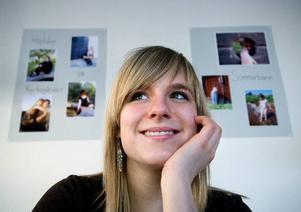 Foto. Sara Rutley, Stora Skedvi satsar på fotografi. Här framför en del av sin utställning i Borlänge biblioteks cafeteria.
