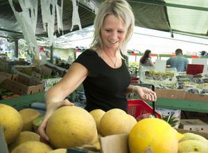 Helen Svedberg lägger vantarna på en melon.