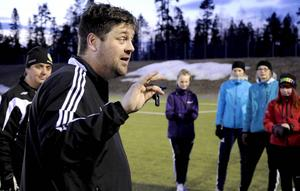 Att hantera visselpipan är en konst, som är svår även för rutinerade domare. Lars Thorin och Jan Fridh har själva dömt fotboll i 20 års tid.