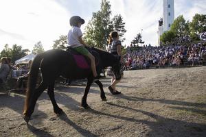 Ponnyn Chloe gick förbi besökarna med många olika barn på ryggen.