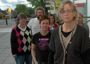 KRITISKA. Ulla-Britt Björkehag Johansson och Lärarförbundets lokalavdelning i Tierp rasar mot kommunens förslag att spara in på skolan. På bilden också andra lokala ombud.