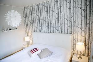Vilsamt vitt. Susannes och Gunnars sovrum går i vitt. Tapeten är från Cole & son.