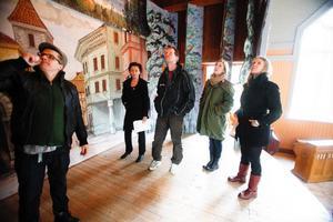 Scenen inspekteras. Martin Johansson visar var lamporna sitter och fungerar för Inger Landerberg, Marcus Källström, Helena Gezelius och Kristina Ernehed.