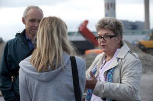 Ung-reporter Signe Svorén blir presenterad för flera representanter från Borlänge kommun. Här pratar hon och Mari Jonsson med plan- och markchef Steve Johnson.